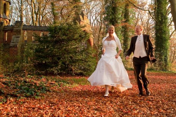 Traumhafte Hochzeitsbilder im Herbstwald